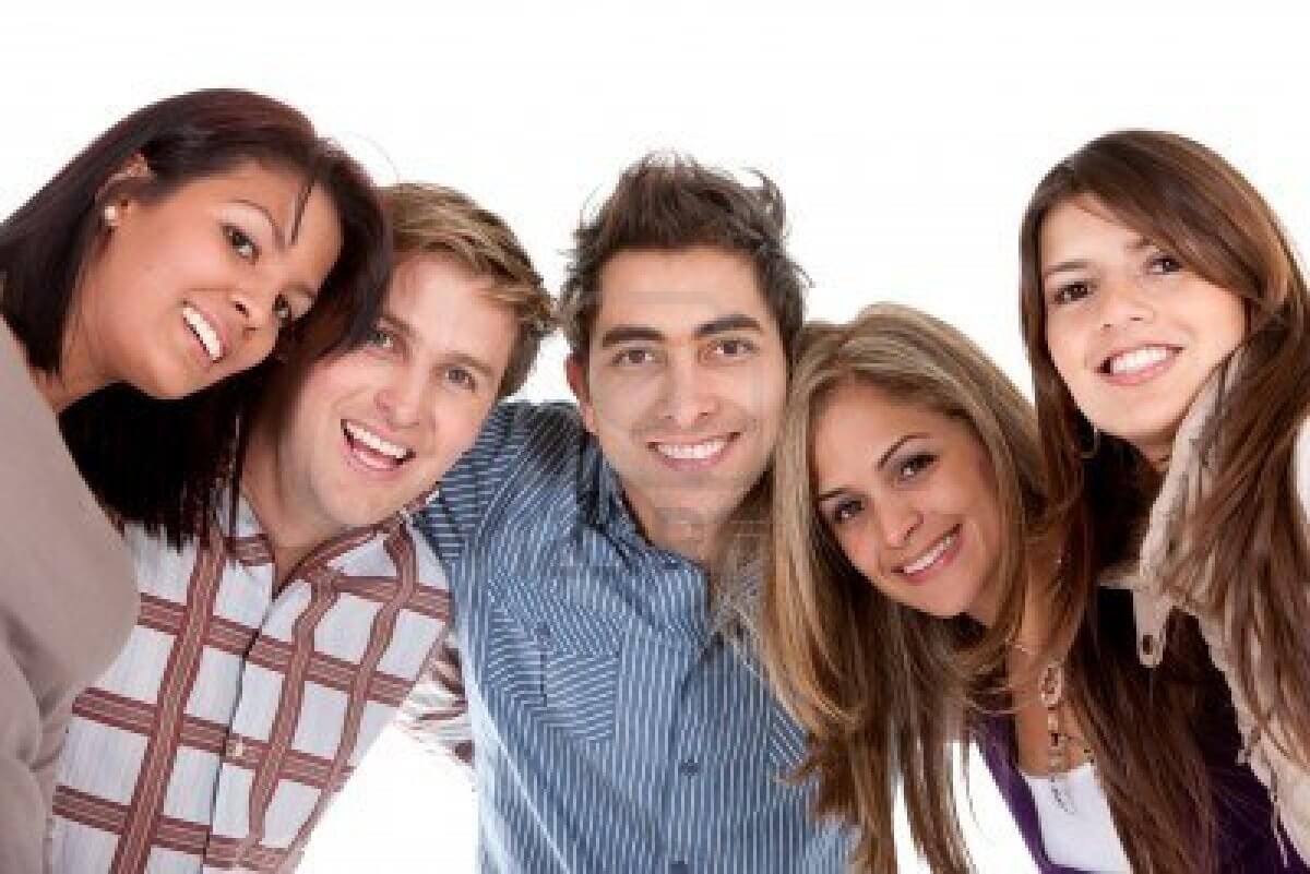 4281455-feliz-grupo-de-amigos-sonriendo-aislado-durante-un-fondo-blanco.jpg